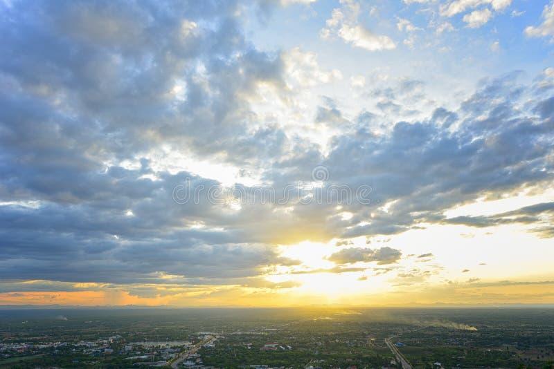 Mooie Dramatische Cloudscape met zonsondergang stock afbeeldingen