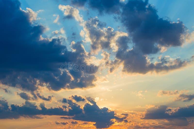 Mooie dramatische toneelzonsondergang of zonsopgang gekleurde hemel met wolken stock fotografie