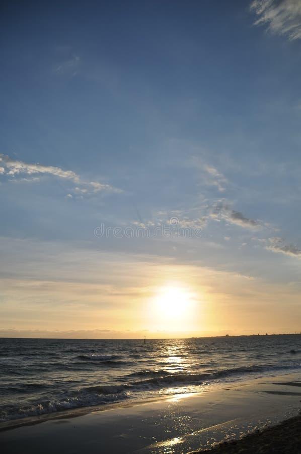 Mooie dramatische vreedzame die zon bij het Vreedzame overzees wordt geplaatst stock foto