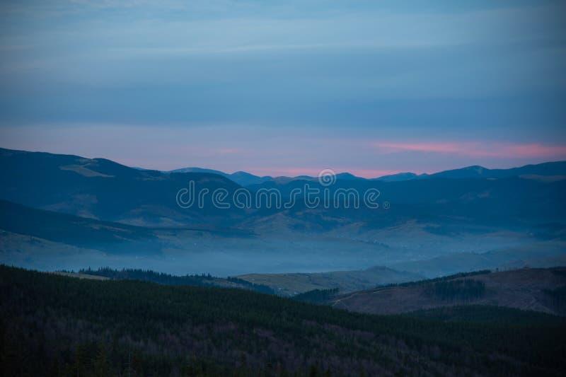 Mooie dramatische zonsondergang in de bergenherfst royalty-vrije stock fotografie