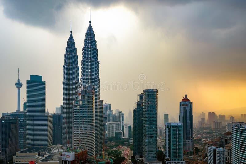 Mooie dramatische zonsondergang over Kuala Lumpur-stadshorizon stock foto