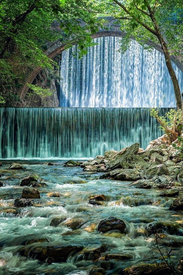 Mooie dubbele waterval dichtbij Trikala in Griekenland stock foto