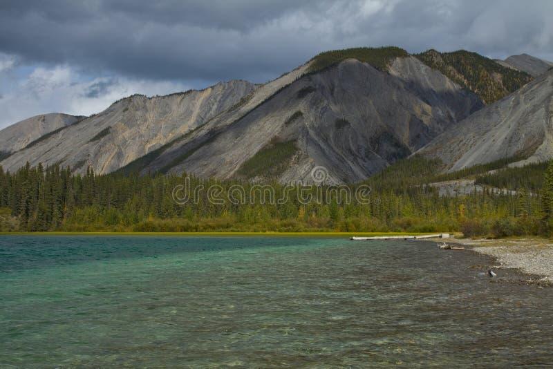 Mooie duidelijke wateren bij Muncho-Meer, noordelijk Brits Colombia royalty-vrije stock afbeeldingen