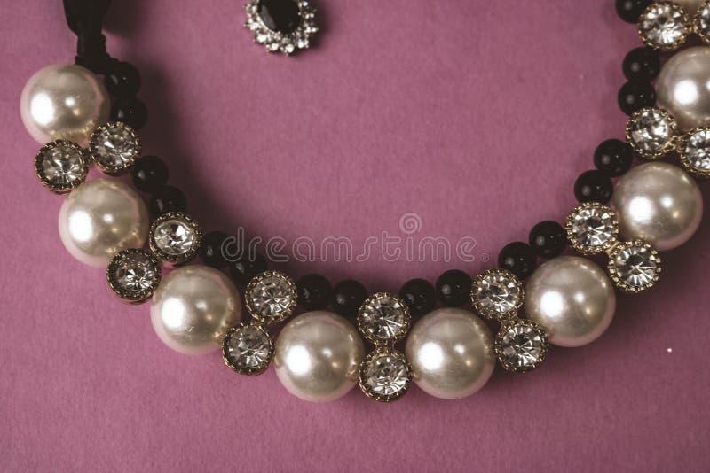 Mooie dure kostbare glanzende juwelen modieuze betoverende juwelen, halsband en oorringen met parels en diamanten royalty-vrije stock foto