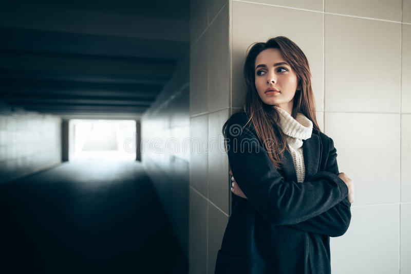 Mooie eenzame vrouw in een metrotunnel royalty-vrije stock fotografie