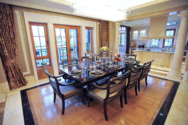 Mooie eetkamer in een herenhuis stock fotografie