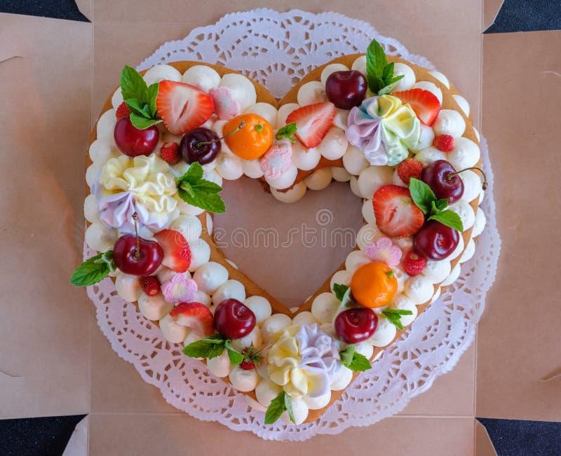 Mooie eigengemaakte cake in de vorm van een hart stock foto's