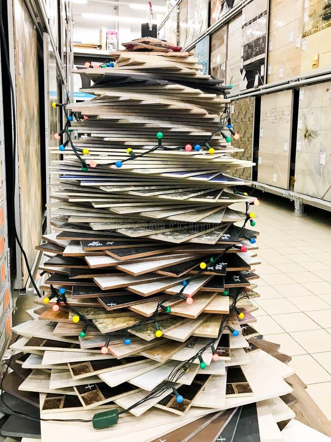 Mooie eigengemaakte feestelijke verfraaide Kerstboom voor het nieuwe die jaar van verschillende gekleurde keramische tegels wordt stock afbeelding