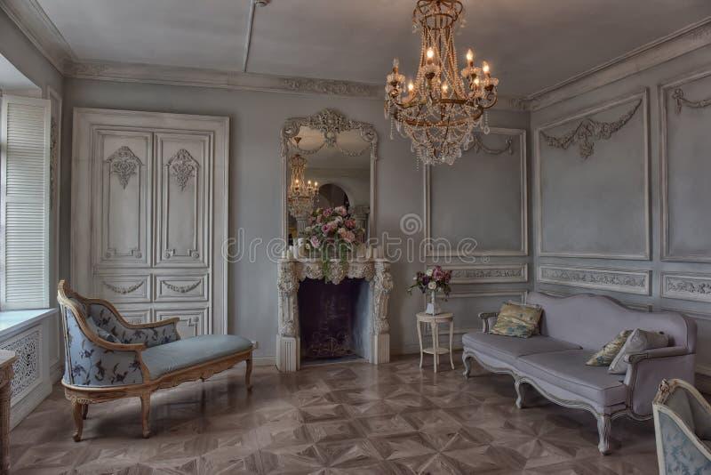 Mooie elegante binnenlandse woonkamer royalty-vrije stock fotografie