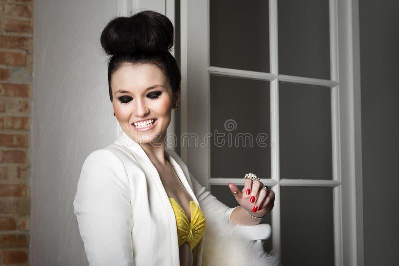 Mooie elegante en vrouw die flirten lachen stock foto's