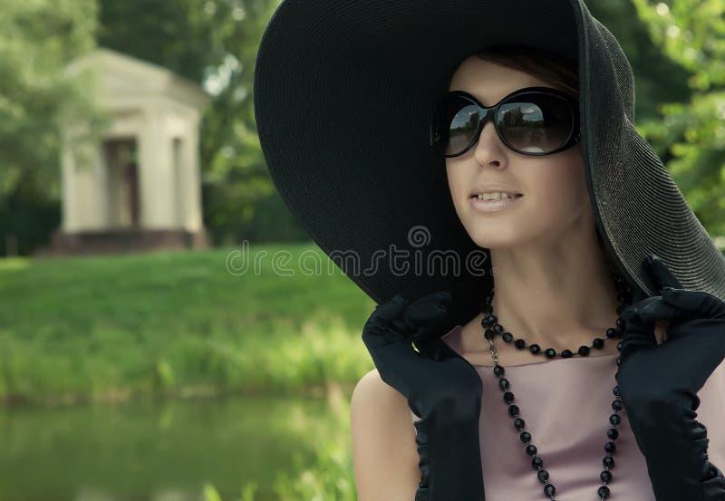 Mooie elegante jonge dame royalty-vrije stock afbeelding