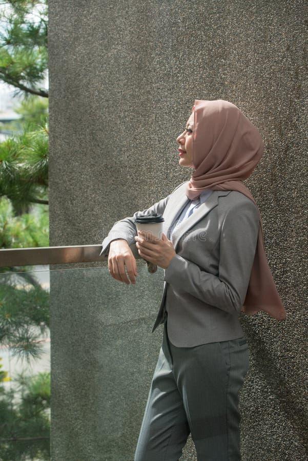 Mooie elegante moslim bedrijfsarbeidersvrouw stock afbeelding