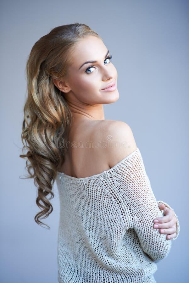 Mooie elegante vrouw royalty-vrije stock afbeelding