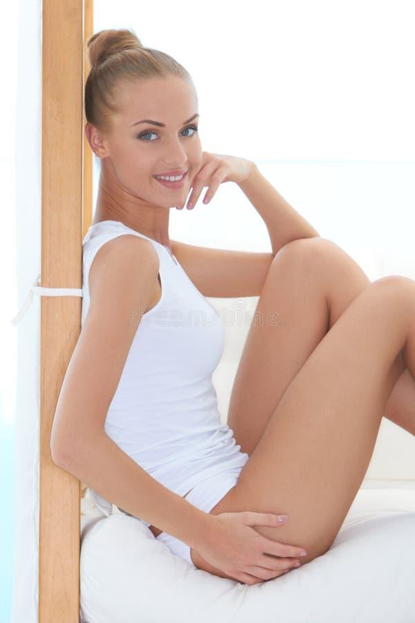 Mooie elegante vrouw in damesslipjes en overhemd stock foto's