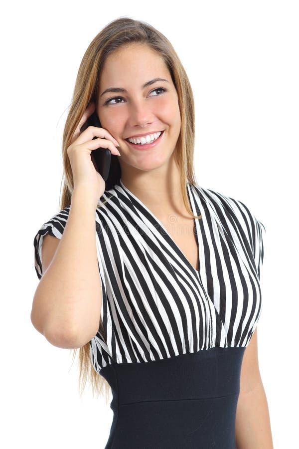 Mooie elegante vrouw die een kleding dragen die op de mobiele telefoon spreken stock foto's