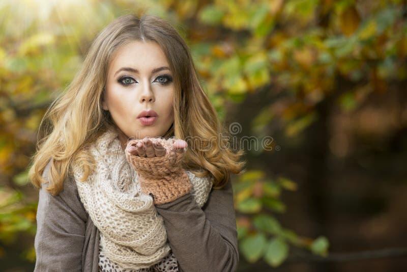 Mooie elegante vrouw in een park royalty-vrije stock afbeeldingen