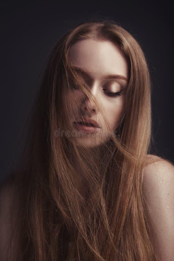 Mooie elegante vrouw met lang recht haar stock afbeelding