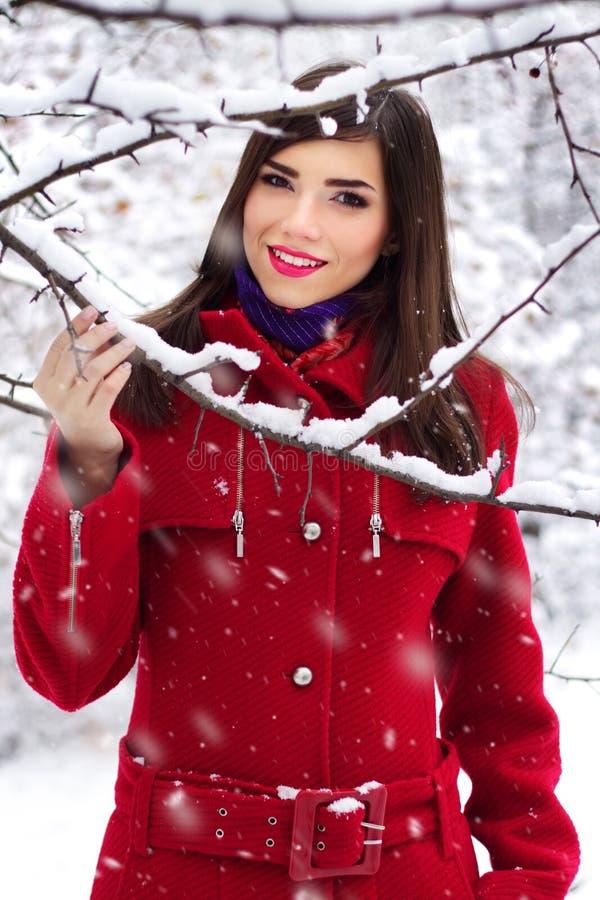 Mooie elegante vrouw in rode laag royalty-vrije stock foto