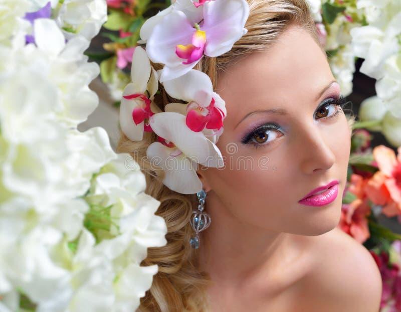 Mooie elegante vrouw rond de bloemen. royalty-vrije stock foto