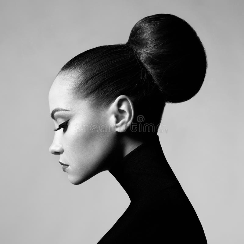 Mooie elegante vrouw in zwarte col royalty-vrije stock foto's