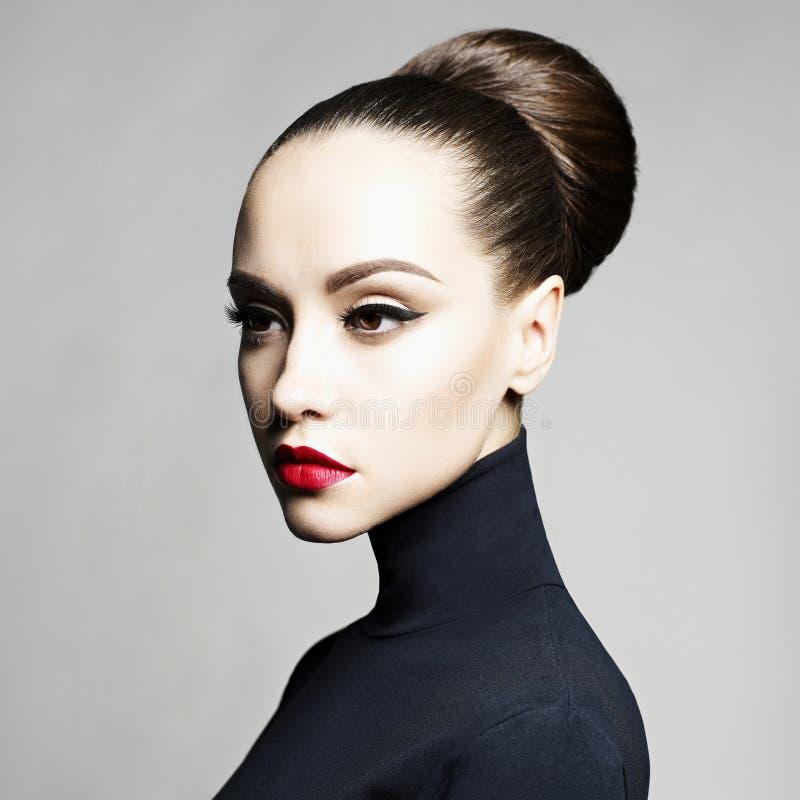Mooie elegante vrouw in zwarte col royalty-vrije stock afbeeldingen