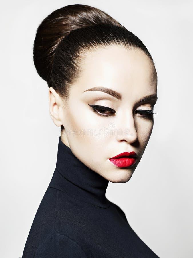 Mooie elegante vrouw in zwarte col stock afbeeldingen