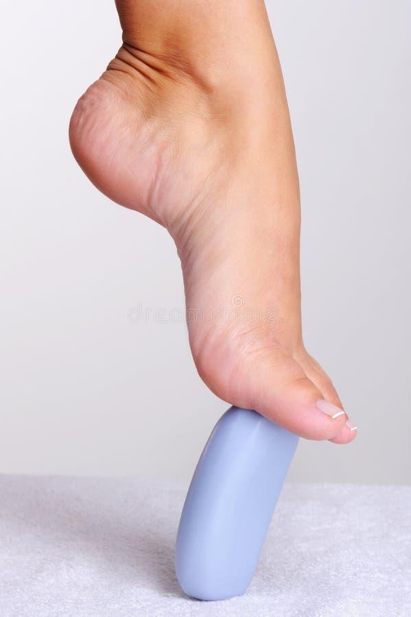 Mooie elegante vrouwelijke voet op een plak van zeep. royalty-vrije stock afbeelding