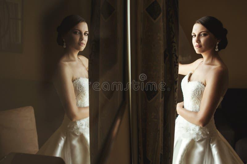 Mooie emotionele Franse donkerbruine bruidbezinning in beeld royalty-vrije stock afbeelding