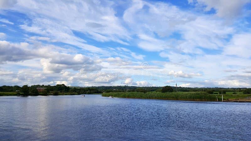 Mooie en bewolkte de zomerdag door het meer royalty-vrije stock fotografie