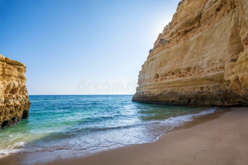 Mooie en eenzame baai in Portugal stock foto's