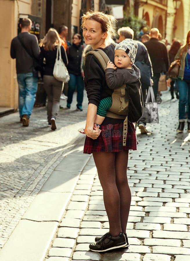 Mooie, In en Gelukkige Familie van Toeristen op de Achtergrond van de Toeristenstraat van Praag stock afbeelding