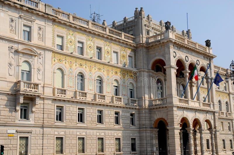 Mooie en geschilderde voorgevel van de Prefectuur van Triëst in Friuli Venezia Giulia (Italië) royalty-vrije stock foto's