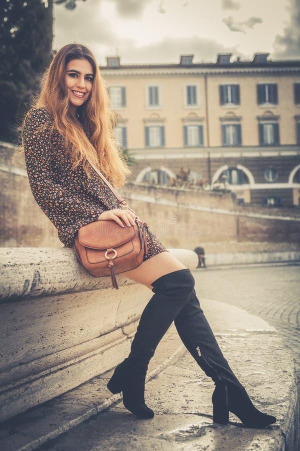 Mooie en glimlachende jonge vrouw in de straat in de stad royalty-vrije stock fotografie
