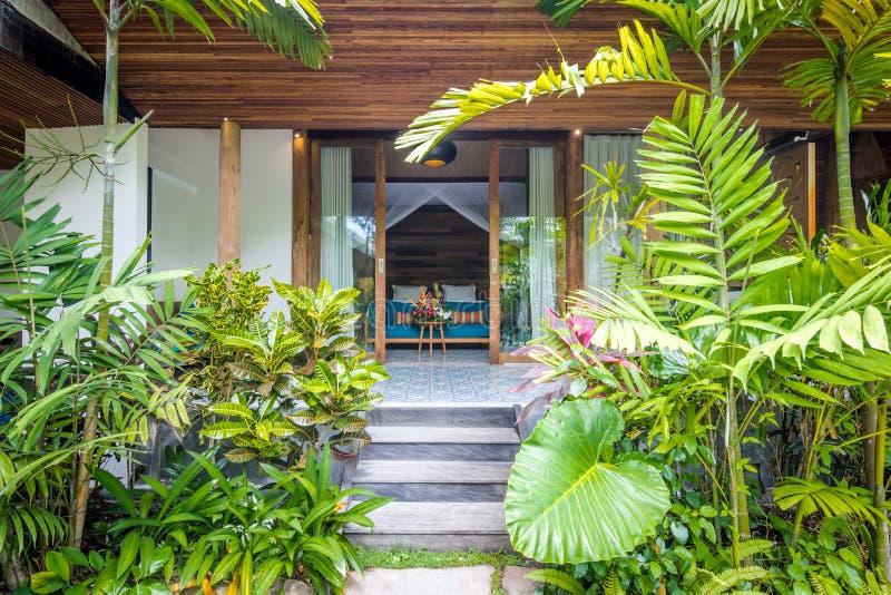 Mooie en groene tropische bali-tuin royalty-vrije stock fotografie
