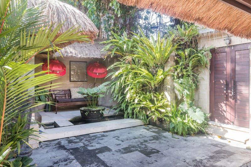 Mooie en groene tropische bali-tuin royalty-vrije stock afbeelding