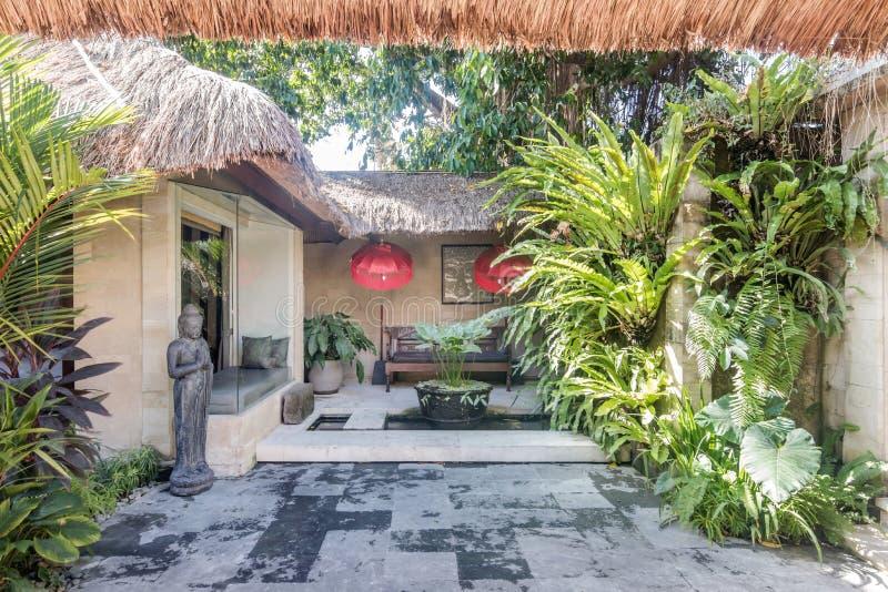 Mooie en groene tropische bali-tuin royalty-vrije stock foto's
