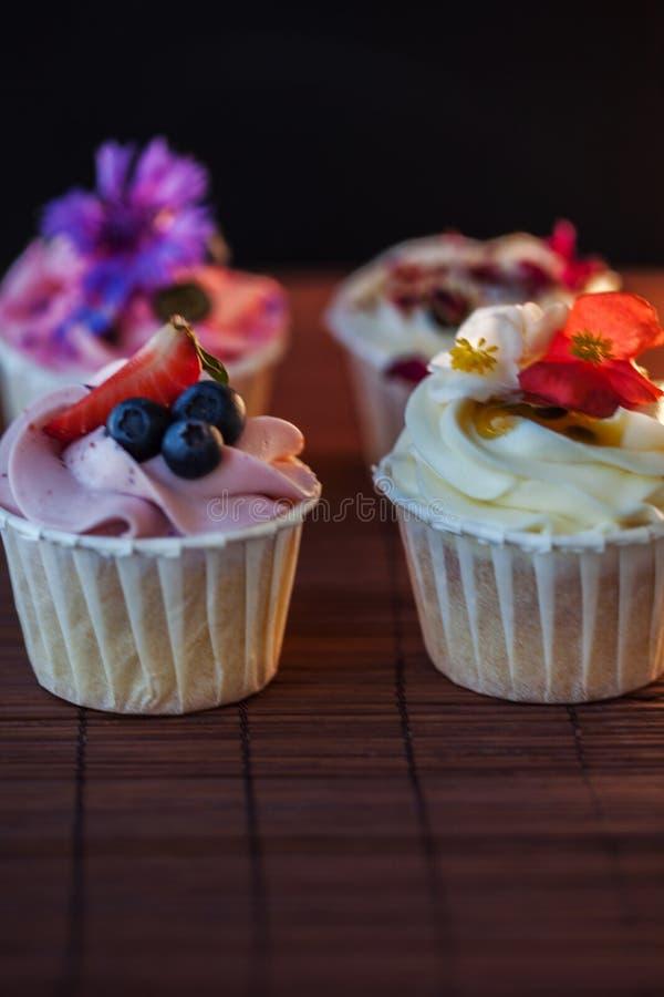 Mooie en heerlijke cupcakes op de lijst Een reeks heerlijke zoete desserts stock foto's