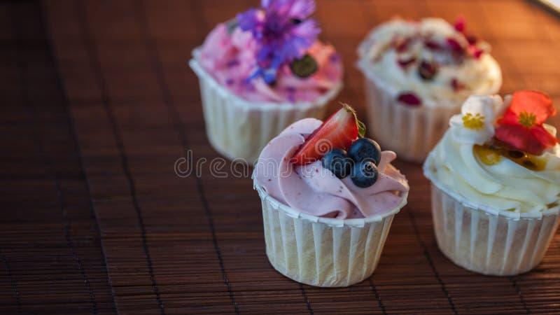 Mooie en heerlijke cupcakes op de lijst Een reeks heerlijke zoete desserts royalty-vrije stock afbeeldingen