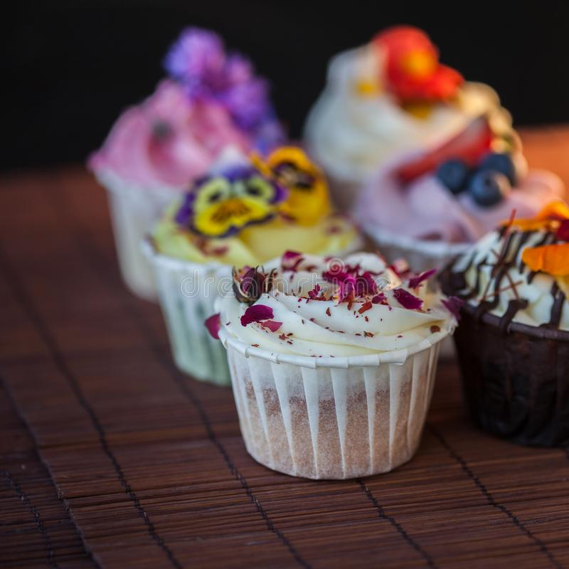 Mooie en heerlijke cupcakes op de lijst Een reeks heerlijke zoete desserts royalty-vrije stock foto