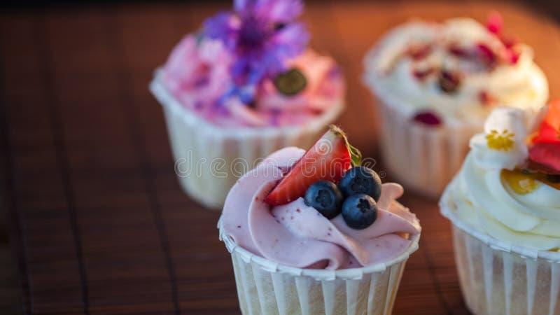 Mooie en heerlijke cupcakes op de lijst Een reeks heerlijke zoete desserts stock afbeelding