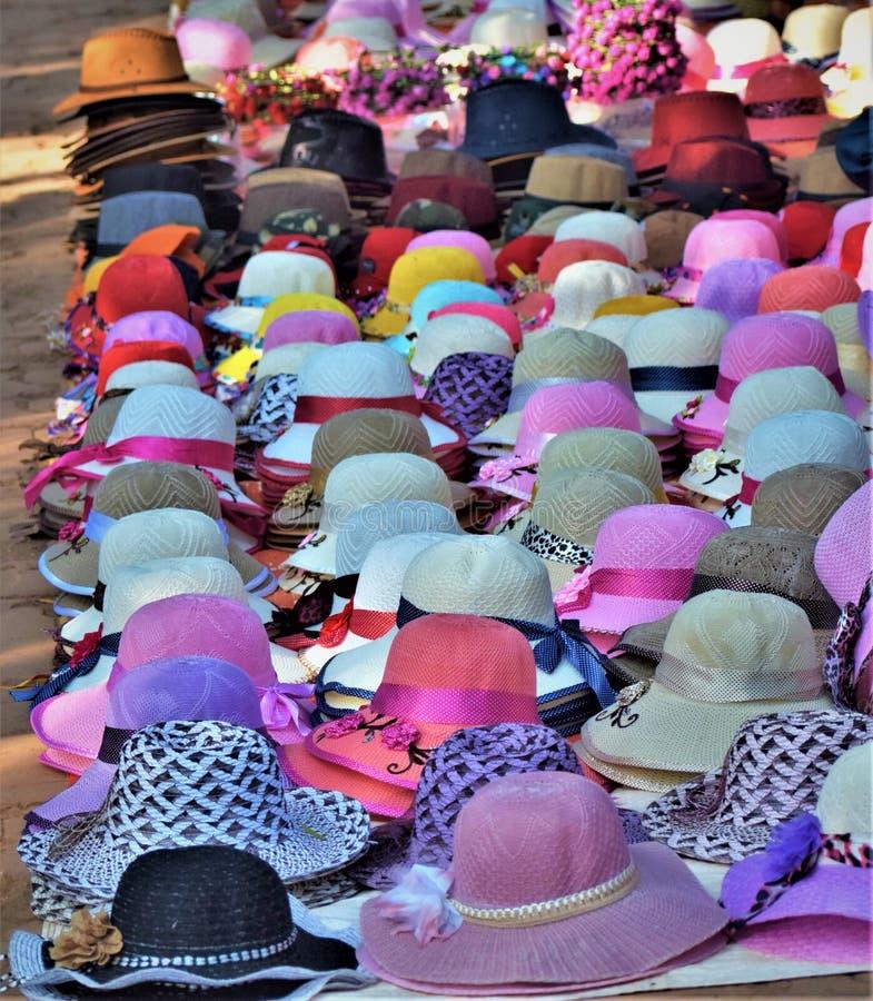 Mooie en Kleurrijke hoeden op vertonings trillende, veelkleurige samenvatting bij ronde geometrische vormen stock fotografie