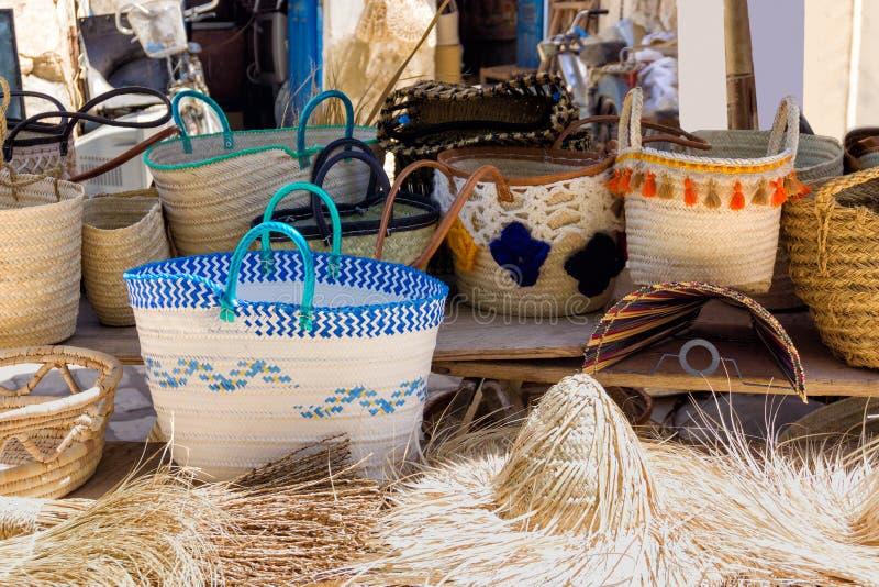 Mooie en kleurrijke zakken voor verkoop in Medina in Houmt Gr Souk in Djerba, Tunesië stock afbeelding
