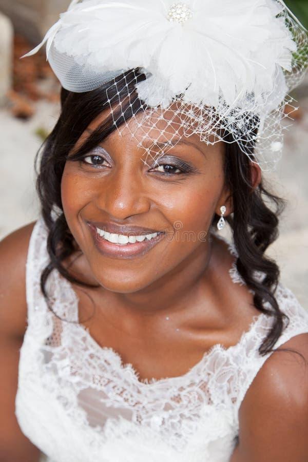 Mooie en mooie bruid die met tanden glimlachen royalty-vrije stock afbeeldingen