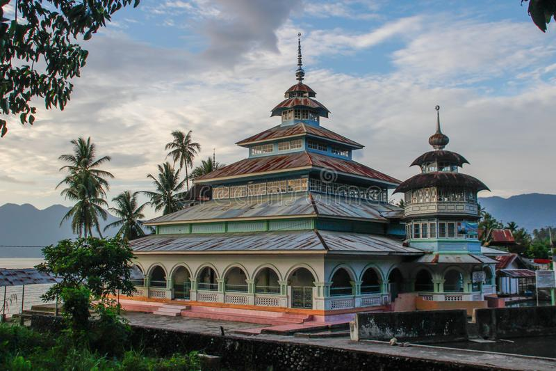 Mooie en ongebruikelijke dorpsmoskee in de kant van het land van Sumatra stock afbeeldingen