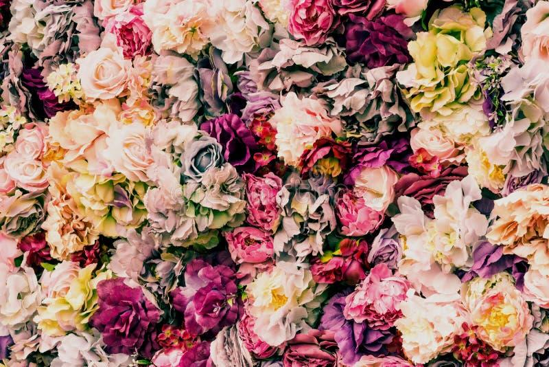 Mooie en schilderachtige die muur van witte, rode, gele en purpere bloemen wordt gemaakt stock foto