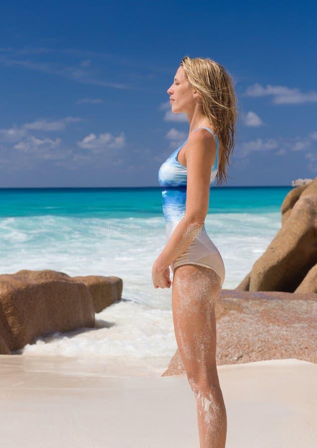 Mooie en sexy blondevrouw in het zwempak van het horizonpatroon, strand royalty-vrije stock foto's