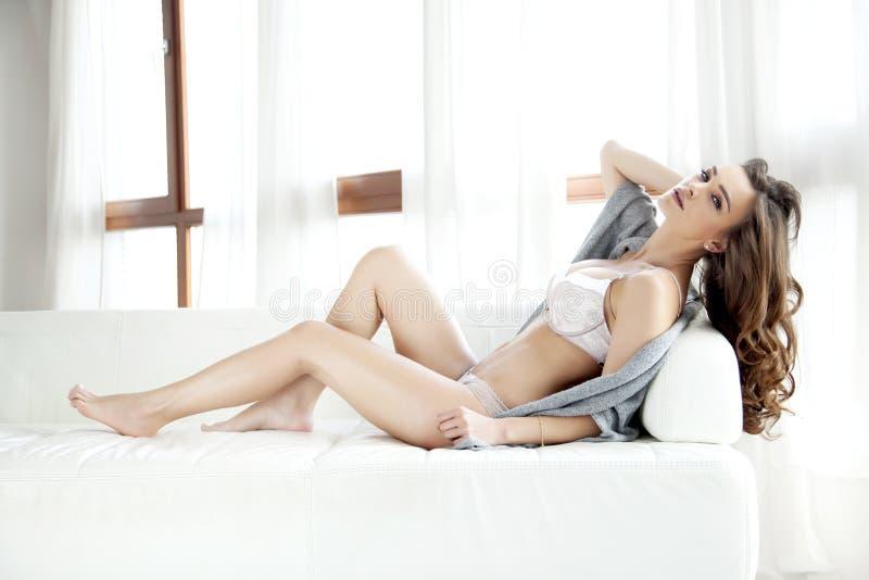 Download Mooie En Sexy Vrouw In Lingerie En Sweater Stock Afbeelding - Afbeelding bestaande uit manier, hoofd: 39105883