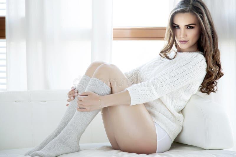 Download Mooie En Sexy Vrouw In Sweater Stock Afbeelding - Afbeelding bestaande uit laag, aantrekkingskracht: 39106043