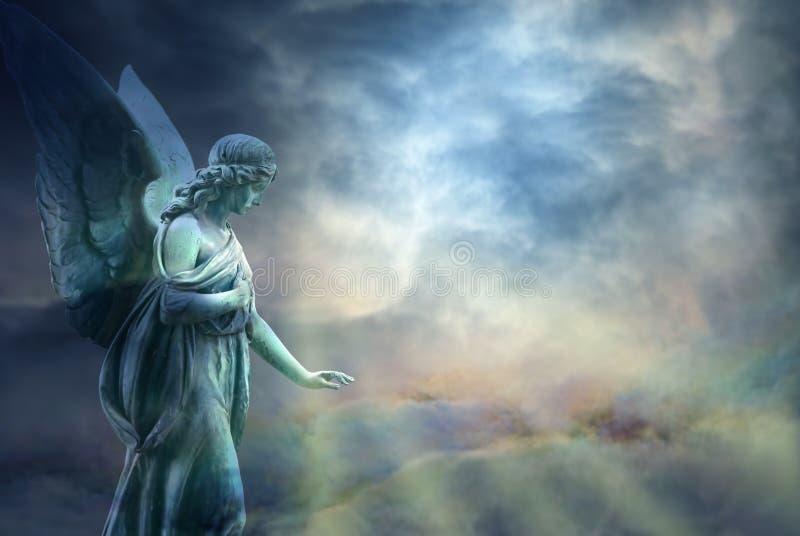 Mooie engel in hemel stock foto