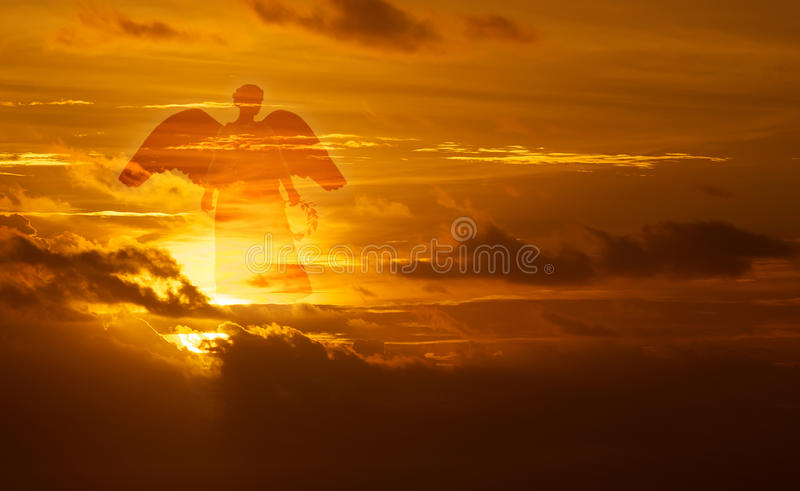 Mooie engel in hemel stock afbeelding
